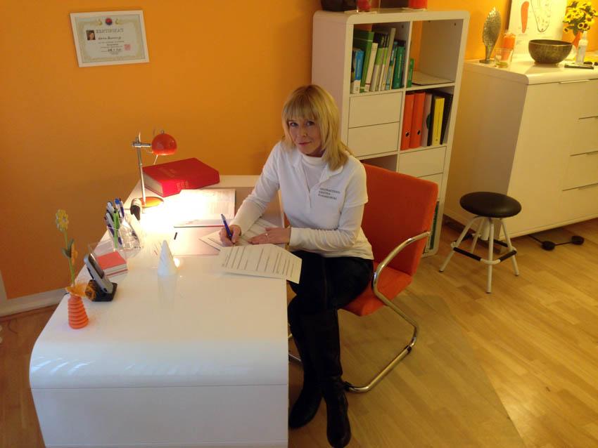 Heilpraktikerin K. Rummelsburg am Schreibtisch